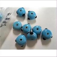 1 Glasperle Keramik hellblau Punkte