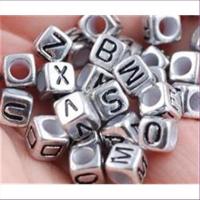 100 Acrylperlen Würfel mit Buchstaben A-Z