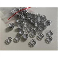 100 Perlkappen Blumenform silberfarbig